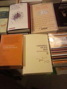 Foto de mi libro en 'La Central' de Callao. Hecha en el Día del libro